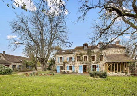 Maison de 320m2 avec dépendances, terrain de 2800m2 Le Mesnil-Saint-Denis